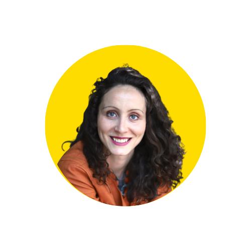 Paula Führer, lächelnd und mit orangener Bluse